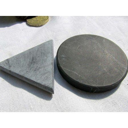 Schungit-Scheibe u. Talkochlorit-Dreieck
