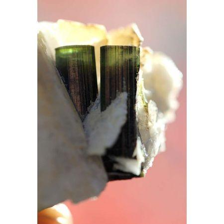 Elbait Turmalin - Stufe auf Albitkristall und Clevelandit